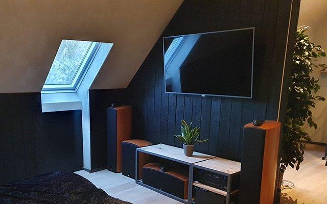 habillage mur derrière TV en bois brulé